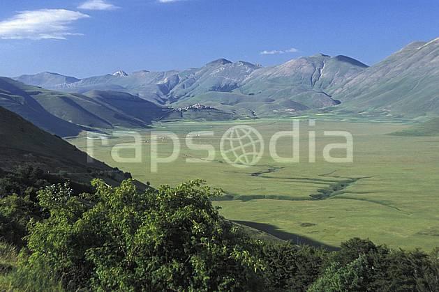 aa2693-27LE : Castellucio di Norcia.  Europe, CEE, champ, ciel bleu, fleur, herbe, vallée, C02, C01 moyenne montagne, paysage (Italie).