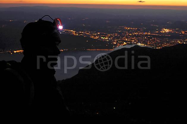 ab055154GE lampe frontale, dents de lanfon, vue sur annecy, haute-savoie, Europe, EEC, night, light, town, aerial view, bivouac, man, lake, middle mountain, landscape, people, Annecy 2018 (France).