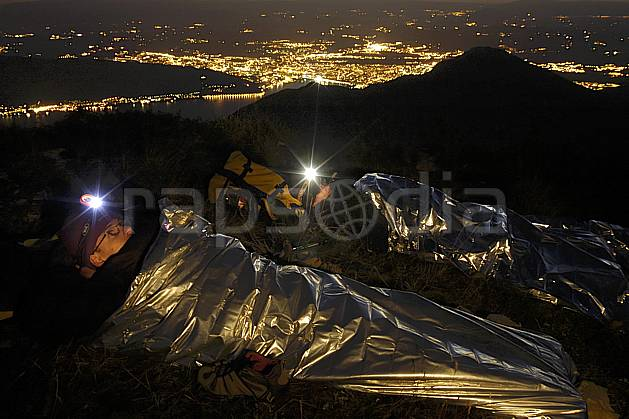 ab055170GE lampe frontale, bivouac au sommet des dents de lanfon, vue sur annecy, haute-savoie, Europe, EEC, night, light, town, aerial view, bivouac, man, lake, middle mountain, landscape, people, Annecy 2018 (France).