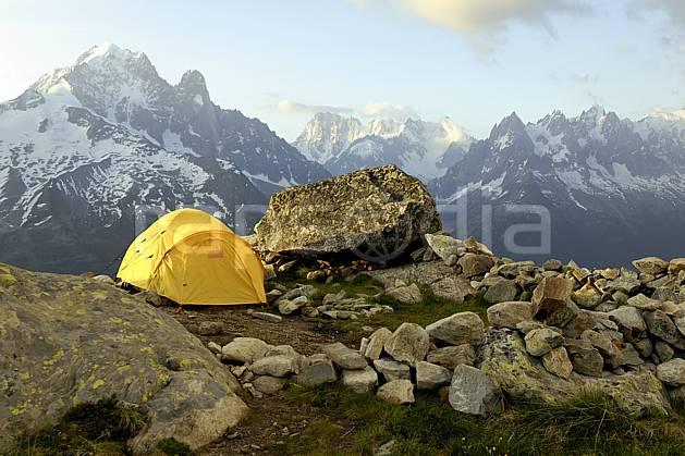 ab071465LE : Bivouac dans les Aiguilles Rouges, vue sur la Verte, les Drus, les Jorasses et les Aiguilles de Chamonix, Alpes.  Europe, CEE, tente, camping, solitude, chaine de montagnes, C02 bivouac, moyenne montagne, paysage, personnage (France).