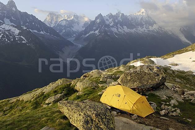 ab071466LE : Bivouac dans les Aiguilles Rouges, vue sur les Jorasses et les Aiguilles de Chamonix, Alpes.  Europe, CEE, tente, camping, glacier, solitude, C02 bivouac, moyenne montagne, nuage, paysage, personnage (France).