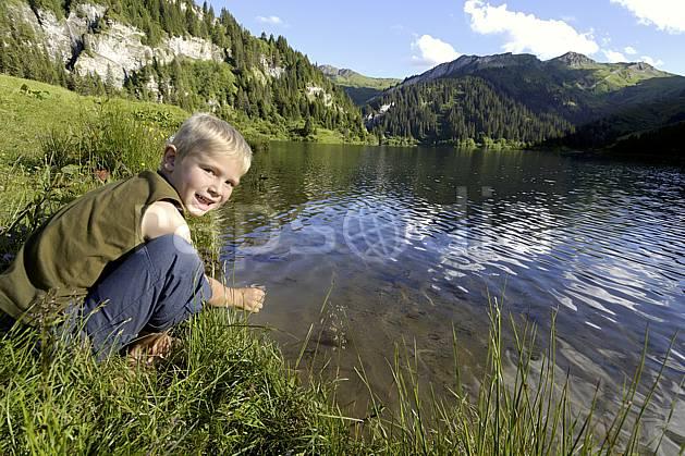 ab071490LE : Lac de Saint Guérin, Beaufortain, Alpes.  Europe, CEE, étang, barrage, garçon, C02 enfant, lac, moyenne montagne, paysage, personnage (France).