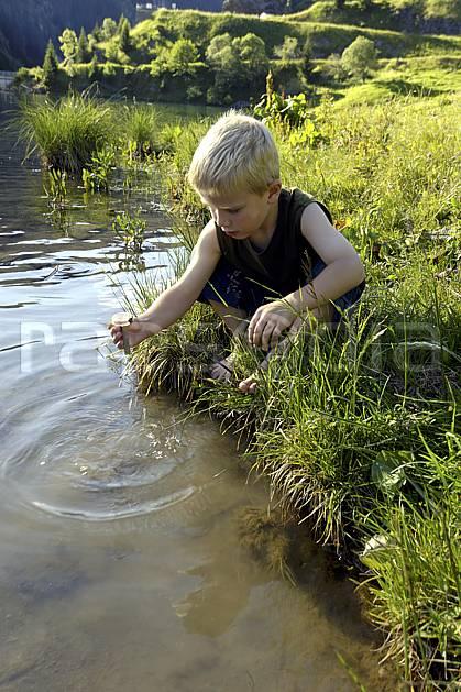 ab071491LE : Lac de Saint Guérin, Beaufortain, Alpes.  Europe, CEE, étang, barrage, garçon, C02 enfant, lac, moyenne montagne, paysage, personnage (France).