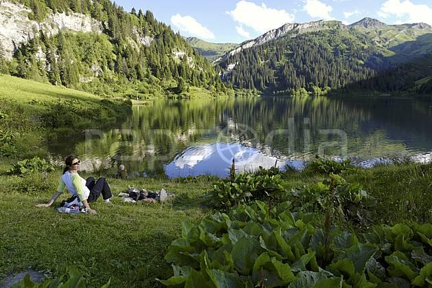 ab071496LE : Lac de Saint Guérin, Beaufortain, Alpes.  Europe, CEE, étang, barrage, repos, repos, C02 femme, forêt, lac, moyenne montagne, paysage, personnage (France).