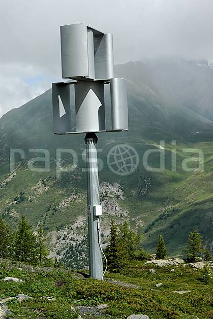 ae041264LE : Eolienne.  Europe, CEE, éolienne, brouillard, C02, C01 environnement, moyenne montagne, paysage (Italie).
