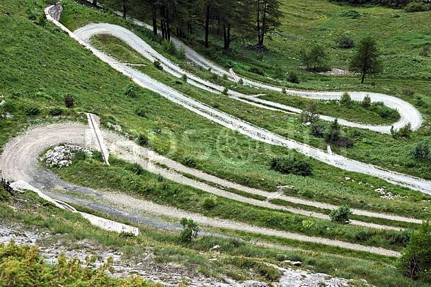 ae041265LE : Route de montagne, au-dessus de La Thuile.  Europe, CEE, route, virage, alpage, vue aérienne, C02, C01 environnement, moyenne montagne, paysage, transport (Italie).