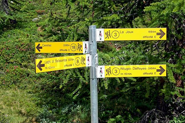 ae041267LE : Panneau de randonnée, au-dessus de La Thuile. randonnée pédestre Europe, CEE, sport, rando, loisir, action, sport de montagne, panneau, signalisation, signalisation, C02, C01 environnement, forêt, moyenne montagne (Italie).