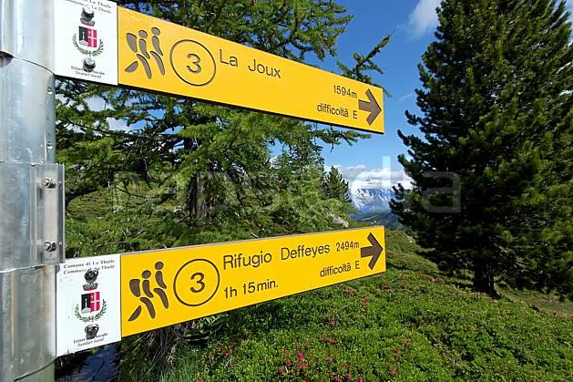 ae041269LE : Panneau de randonnée, au-dessus de La Thuile. randonnée pédestre Europe, CEE, sport, rando, loisir, action, sport de montagne, panneau, signalisation, signalisation, C02, C01 environnement, forêt, moyenne montagne (Italie).