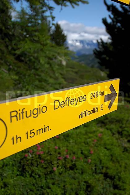 ae041272LE : Panneau de randonnée, au-dessus de La Thuile. randonnée pédestre Europe, CEE, sport, rando, loisir, action, sport de montagne, panneau, signalisation, signalisation, C02, C01 environnement, forêt, moyenne montagne, gros plan (Italie).