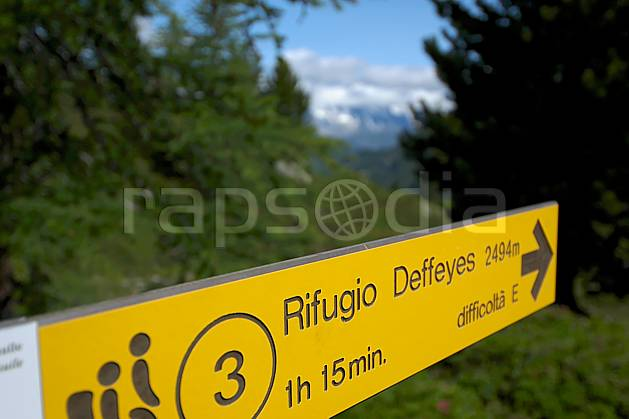 ae041273LE : Panneau de randonnée, au-dessus de La Thuile. randonnée pédestre Europe, CEE, sport, rando, loisir, action, sport de montagne, panneau, signalisation, signalisation, C02, C01 environnement, forêt, moyenne montagne, gros plan (Italie).