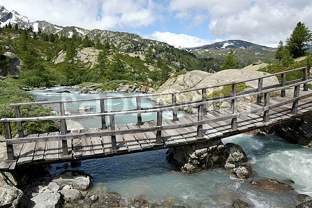 ae041274LE : Pont de bois, au-dessus de La Thuile.  Europe, EEC, bridge environment, middle mountain, landscape, river (Italy).