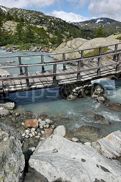 ae041275LE : Pont de bois, au-dessus de La Thuile.  Europe, EEC, bridge environment, middle mountain, landscape, river (Italy).