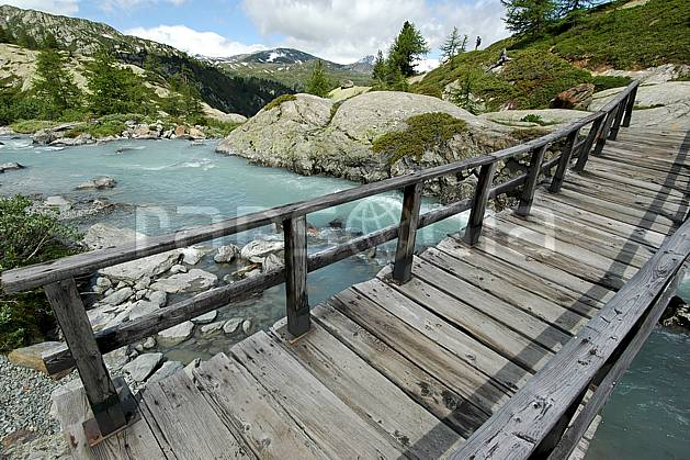 ae041278LE : Pont de bois, au-dessus de La Thuile.  Europe, CEE, pont, C02, C01 environnement, moyenne montagne, paysage, rivière (Italie).