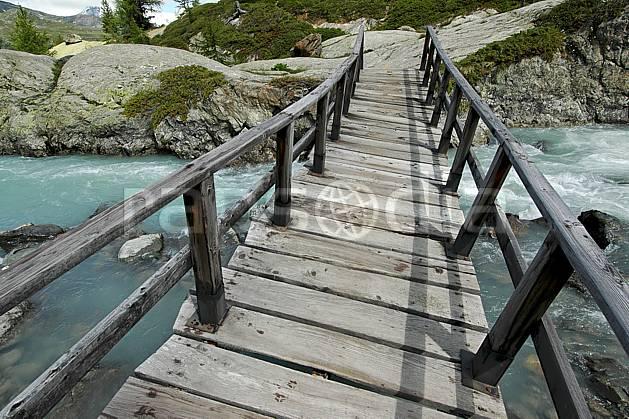 ae041280LE : Pont de bois, au-dessus de La Thuile.  Europe, CEE, pont, C02, C01 environnement, moyenne montagne, paysage, rivière (Italie).