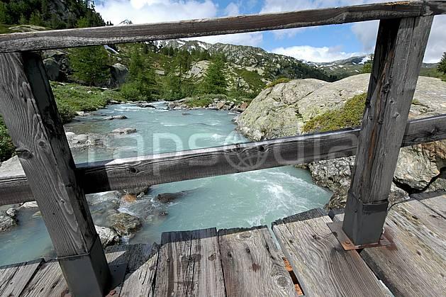 ae041281LE : Pont de bois, au-dessus de La Thuile.  Europe, EEC, bridge environment, middle mountain, landscape, river (Italy).