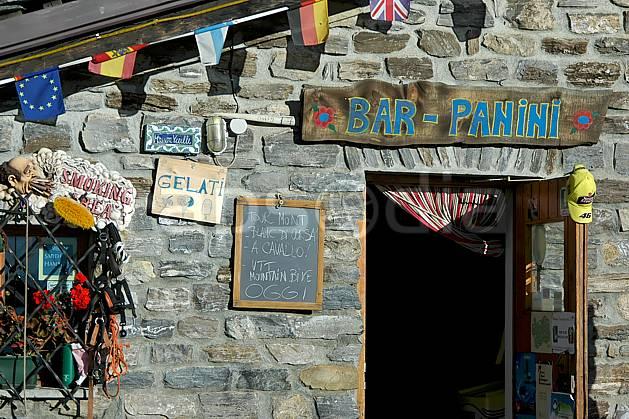 ae042136LE : Col Checrouit, Alpes.  Europe, CEE, pierre, refuge, bar, restaurant, drapeau, C02, C01 environnement, habitation, moyenne montagne, patrimoine (Italie).