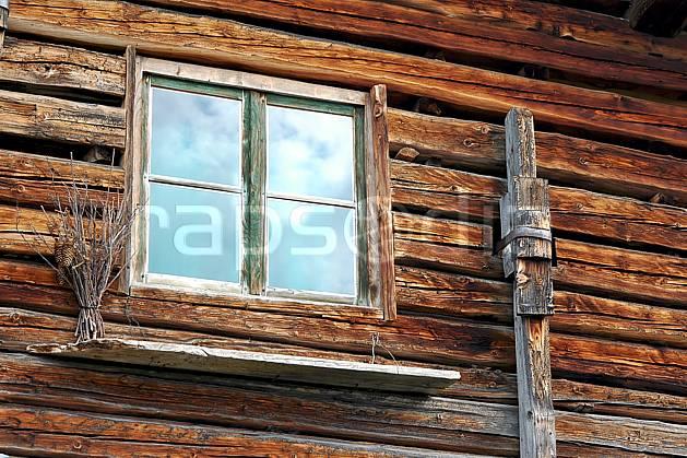 ae042697LE : Les Bouchets, Beaufortain, Savoie, Alpes.  Europe, CEE, cabane, fenêtre, C02, C01 environnement, gros plan, habitation, moyenne montagne (France).