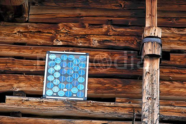 ae042698LE : Panneau solaire, Les Bouchets, Beaufortain, Savoie, Alpes.  Europe, CEE, cabane, C02, C01 environnement, gros plan, habitation, moyenne montagne (France).