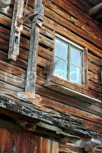 ae042699LE : Les Bouchets, Beaufortain, Savoie, Alpes.  Europe, CEE, fenêtre, cabane, C02, C01 environnement, gros plan, habitation, moyenne montagne (France).