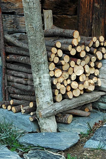 ae042701LE : Tas de bois, Les Bouchets, Beaufortain, Savoie, Alpes.  Europe, CEE, cabane, C02, C01 environnement, habitation, moyenne montagne (France).