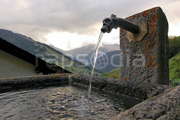 ae042747LE : Fontaine, Hameau de Boudin, Beaufortain, Savoie, Alpes.  Europe, CEE, fontaine, C02, C01 environnement, faune, gros plan, habitation, moyenne montagne, patrimoine (France).
