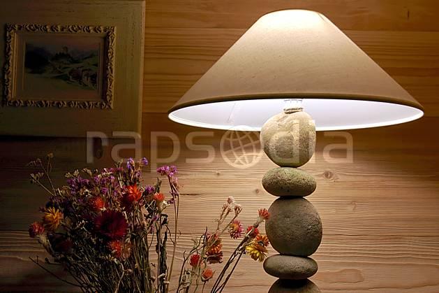 ae042762LE : Lampe de chevet.  Europe, CEE, cabane, lampe, C02, C01 environnement, habitation, moyenne montagne (France).