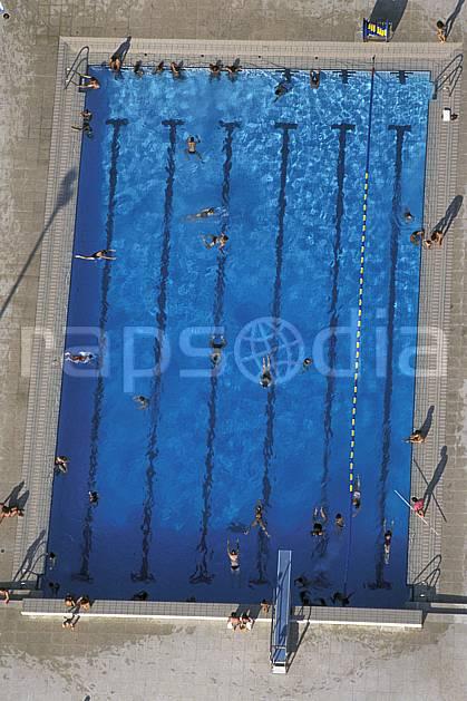 ae0467-23LE : Piscine.  Europe, CEE, piscine, natation, vue aérienne, C02, C01 environnement, groupe, personnage (France).