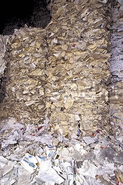 ae0480-09LE : Papier et journaux, Usine de recyclage.  Europe, CEE, écologie, pollution, papier, déchet, C02, C01 environnement (France).