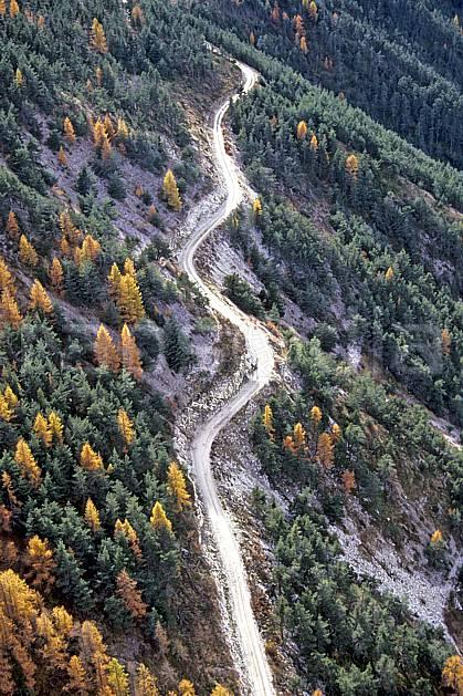 ae0494-27LE : Route de montagne, Alpes.  Europe, CEE, route, vue aérienne, C02, C01 arbre, environnement, forêt, moyenne montagne (France).