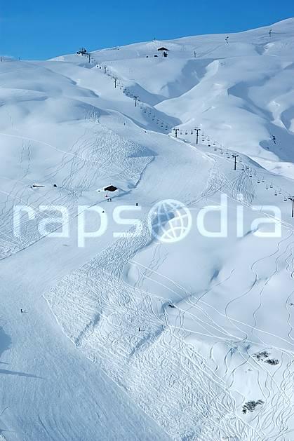 ae050019LE : Les Contamines, Haute-Savoie, Alpes. ski de piste Europe, CEE, sport, loisir, action, glisse, sport de montagne, sport d'hiver, ski, station de ski, piste de ski, piste, téléski, C02, C01 environnement, moyenne montagne, paysage, Annecy 2018 (France).
