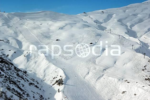 ae050020LE : Les Contamines, Haute-Savoie, Alpes. ski de piste Europe, CEE, sport, loisir, action, glisse, sport de montagne, sport d'hiver, ski, station de ski, piste de ski, piste, téléski, C02, C01 environnement, moyenne montagne, paysage, Annecy 2018 (France).