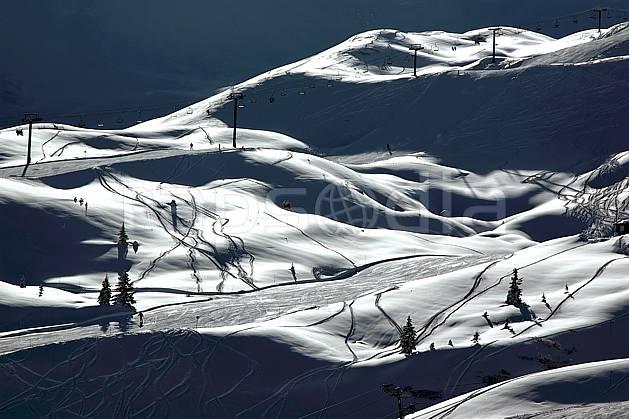 ae050022LE : Les Contamines, Haute-Savoie, Alpes. ski de piste Europe, CEE, sport, loisir, action, glisse, sport de montagne, sport d'hiver, ski, station de ski, piste de ski, piste, téléski, nuit, C02, C01 environnement, moyenne montagne, paysage, Annecy 2018 (France).
