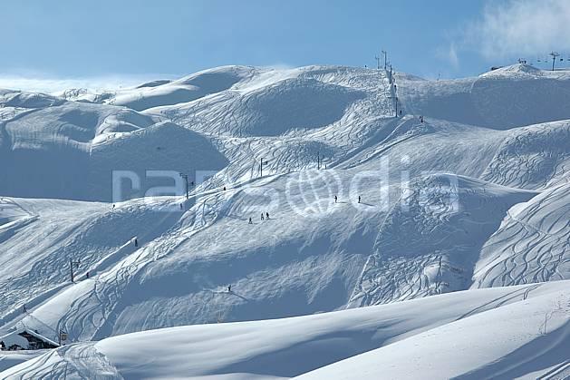 ae050023LE : Les Contamines, Haute-Savoie, Alpes. ski de piste Europe, CEE, sport, loisir, action, glisse, sport de montagne, sport d'hiver, ski, station de ski, piste de ski, piste, téléski, C02, C01 environnement, moyenne montagne, paysage, Annecy 2018 (France).