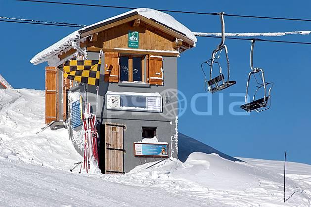ae050063LE : Les Contamines, Haute-Savoie, Alpes. ski de piste Europe, CEE, sport, loisir, action, glisse, sport de montagne, sport d'hiver, ski, station de ski, piste de ski, piste, téléski, C02, C01 environnement, habitation, moyenne montagne, Annecy 2018 (France).