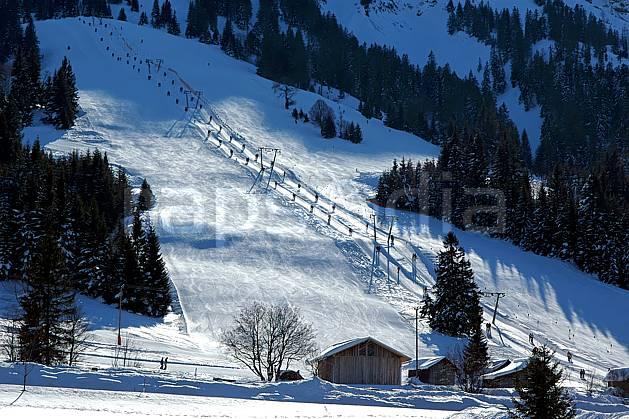 ae050205LE : La Bavière en hiver. ski de piste Europe, CEE, sport, loisir, action, glisse, sport de montagne, sport d'hiver, ski, station de ski, piste de ski, piste, téléski, C02, C01 environnement, habitation, moyenne montagne, paysage (Allemagne).