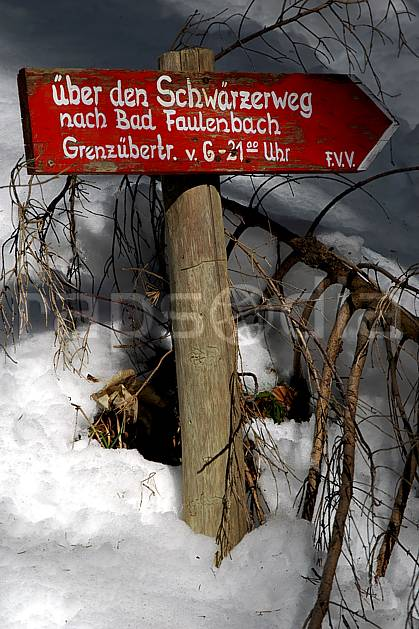ae050637LE : La Bavière en hiver. raquettes à neige Europe, CEE, sport, loisir, action, randonnée, raquette à neige, sport de montagne, balade, panneau, signalisation, signalisation, C02, C01 environnement, moyenne montagne (Allemagne).