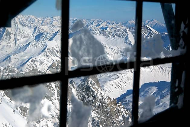 ae050867LE : Depuis la Pointe Helbronner, Alpes.  Europe, CEE, fenêtre, chaine de montagnes, panorama, refuge, C02, C01 environnement, habitation, moyenne montagne, paysage (Italie).