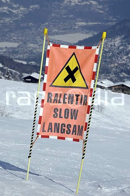 ae050910LE : Les Contamines, Haute-Savoie, Alpes. ski de piste Europe, CEE, sport, loisir, action, glisse, sport de montagne, sport d'hiver, ski, station de ski, piste de ski, piste, signalisation, C02, C01 environnement, moyenne montagne, Annecy 2018 (France).