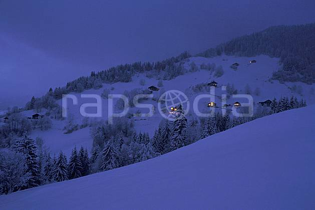 ae0510-34LE : Vallée de Manigod, Haute-Savoie, Alpes.  Europe, CEE, cabane, nuit, C02, C01 arbre, environnement, forêt, habitation, moyenne montagne, patrimoine, Annecy 2018 (France).