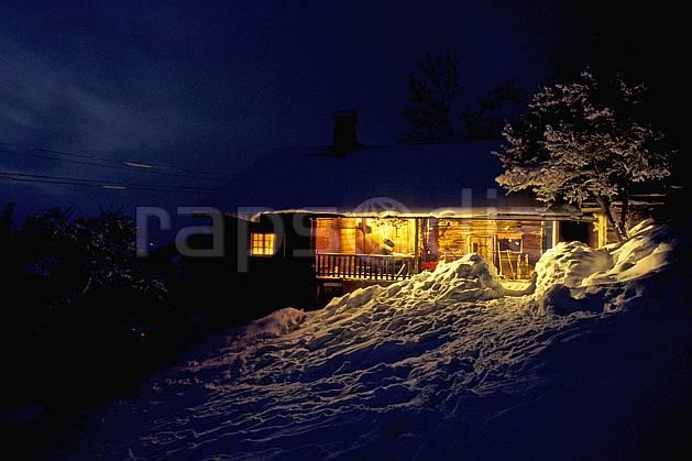 ae0515-05LE : Chalet d'alpage, Haute-Savoie, Alpes.  Europe, CEE, cabane, lumière, nuit, C02, C01 arbre, environnement, habitation, moyenne montagne, patrimoine, Annecy 2018 (France).