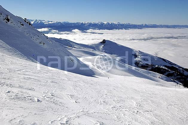 ae054600LE : Cerro Catedral, Bariloche, Patagonie. ski de piste Amérique du sud, Amérique Latine, Amérique, sport, loisir, action, glisse, sport de montagne, sport d'hiver, ski, station de ski, piste, C02, C01 environnement, moyenne montagne, nuage, paysage, voyage aventure (Argentine).