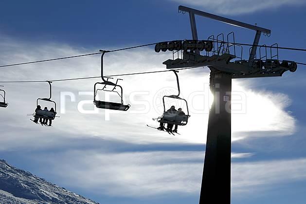 ae054617LE : Remontées mécaniques, Cerro Catedral, Bariloche, Patagonie. ski de piste Amérique du sud, Amérique Latine, Amérique, sport, loisir, action, glisse, sport de montagne, sport d'hiver, ski, station de ski, téléski, C02, C01 environnement, moyenne montagne, paysage, voyage aventure (Argentine).