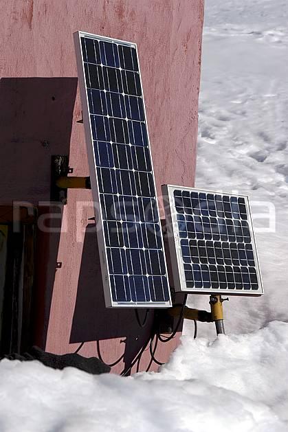 ae054912LE : Panneaux solaires.  Amérique du sud, Amérique Latine, Amérique, panneau solaire, C02, C01 environnement, habitation, matériel, moyenne montagne, voyage aventure (Argentine).
