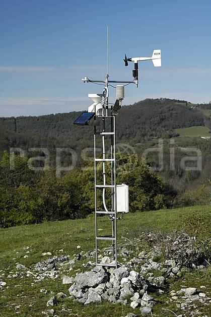 ae055873LE : Balise météo.  Europe, CEE, antenne, panneau solaire, C02, C01 environnement, forêt, moyenne montagne, paysage, portrait (France).