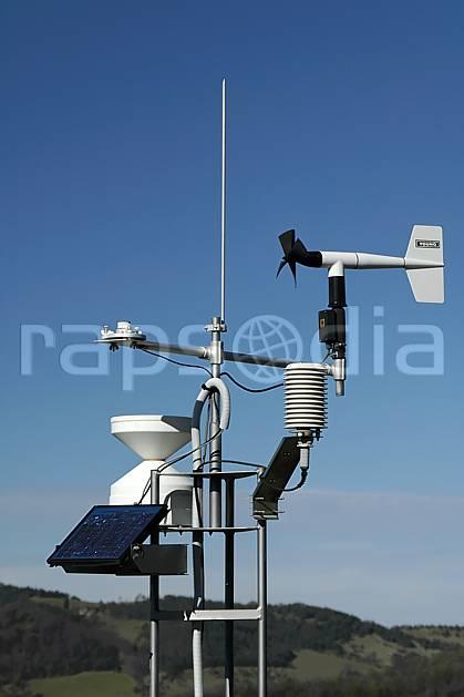 ae055875LE : Balise météo.  Europe, CEE, antenne, panneau solaire, C02, C01 environnement, moyenne montagne, paysage (France).