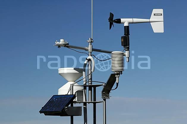 ae055876LE : Balise météo.  Europe, CEE, antenne, panneau solaire, C02, C01 environnement, moyenne montagne, paysage (France).