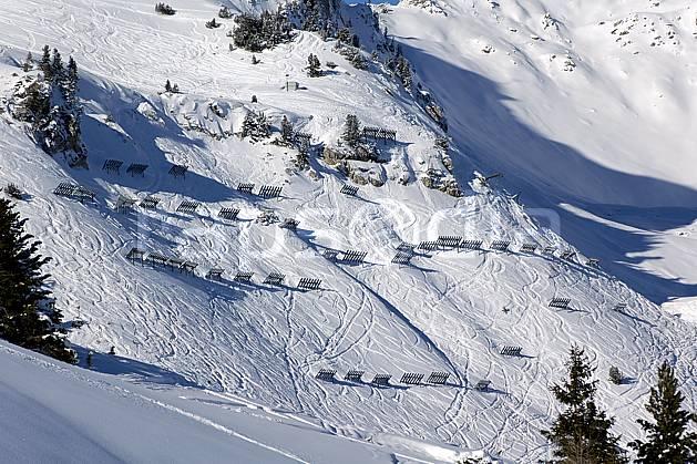 ae060511LE : Paravalanches, Les Arcs, Savoie, Alpes.  Europe, CEE, station de ski, piste, pararvalanche, sécurité, avalanche, C02, C01 environnement, habitation, moyenne montagne, paysage (France).