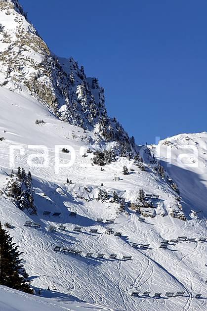 ae060512LE : Paravalanches, Les Arcs, Savoie, Alpes.  Europe, CEE, station de ski, piste, paravalanche, sécurité, avalanche, C02, C01 environnement, habitation, moyenne montagne, paysage (France).