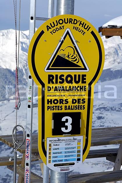 ae060517LE : Panneau info risque avalanche, Savoie, Alpes. ski de piste Europe, CEE, sport, loisir, action, glisse, sport de montagne, sport d'hiver, ski, station de ski, piste, signalisation, sécurité, avalanche, C02, C01 environnement, habitation, moyenne montagne (France).