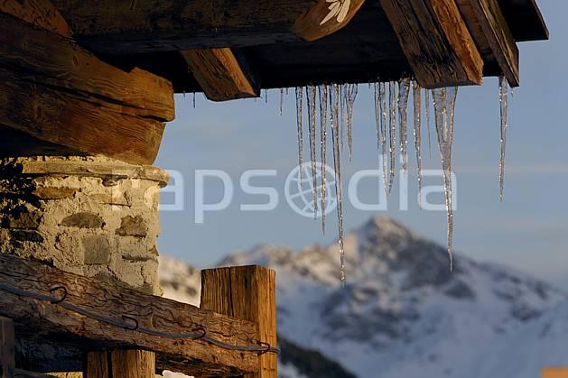 ae060605LE : Glaçons, La Rosière, Savoie, Alpes.  Europe, CEE, station de ski, village, ville, cabane, stalactite, glaçon, C02, C01 environnement, habitation, moyenne montagne, paysage (France).